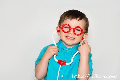 聴診器をつけてお医者さんごっこ。将来の夢は医療保育士です。