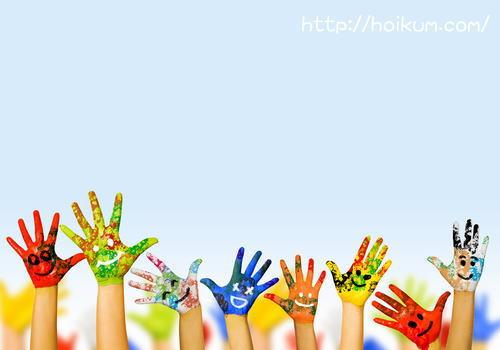 ペイントした子供たちの手。児童養護施設で働く保育士の仕事内容。