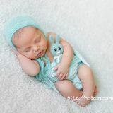 うさぎのぬいぐるみを抱えて眠る保育園児
