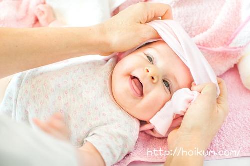 明星大学通信で勉強しているママにお着換えしてもらう乳幼児。
