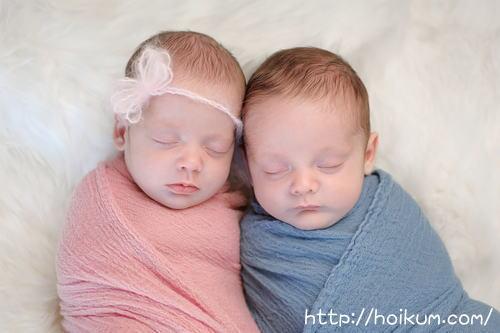 乳児院で育つ男女双子の赤ちゃん