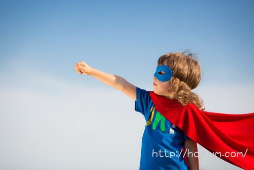 スーパーマンのコスプレで楽しむ保育園の男の子