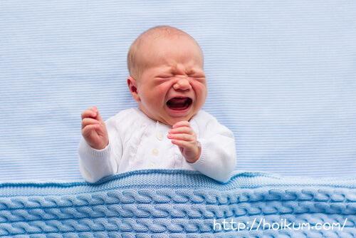 大泣きする乳児