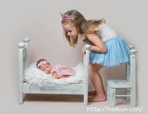 妹を見守る小学生のお姉ちゃん。待機児童問題が解決するといいな