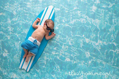 保育園のプールで遊ぶ3歳児