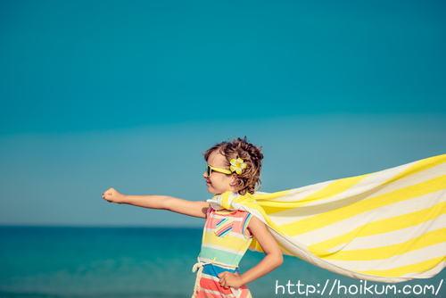 海でポーズを決める少女