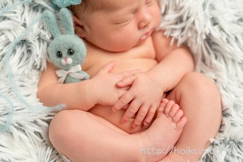 ぐっすりと眠っている乳幼児