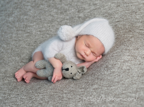 白い子供服がキュートな赤ちゃん