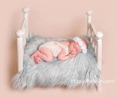 ロマンチックなベッドで居眠りする保育園児